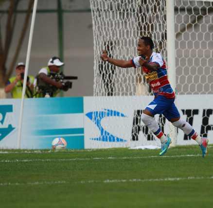Waldison marcou os 2 gols do Fortaleza